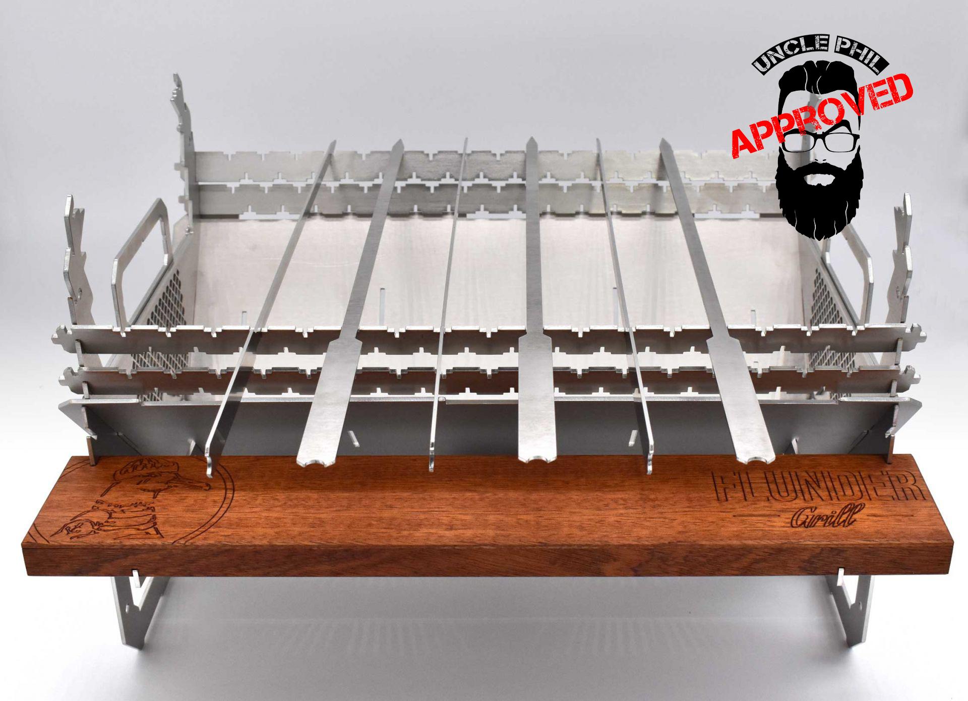 Der Flunder Grill + 6 Spieße + Ablage m. Grillzange + Höhenverstellung